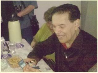 Divaldo Pereira Franco recebendo o dedoche e paper toy de Joanna de Ângelis. 23/08/13 na Concha Acústica da UERJ no RIo de Janeiro.
